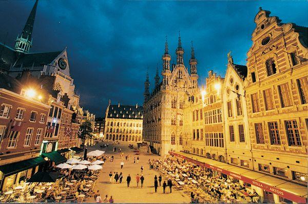 """L'Oude Markt di Lovanio, il """"bar più lungo del mondo"""""""