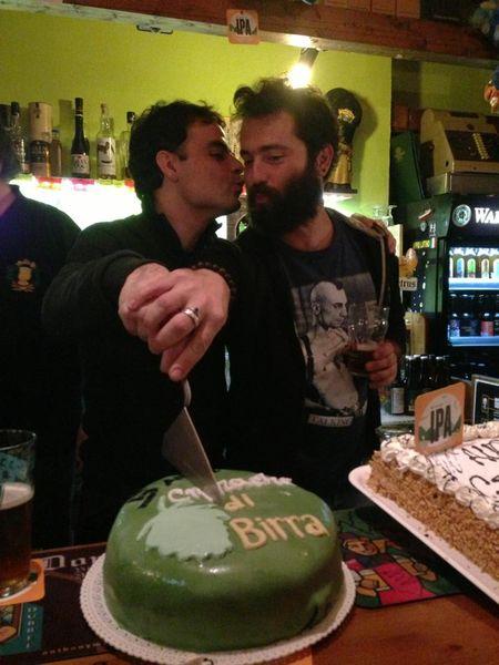Il taglio della torta con l'amico Moreno