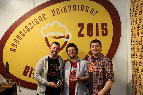 Lo staff di Birra del Borgo festeggia il premio Birrificio dell'anno